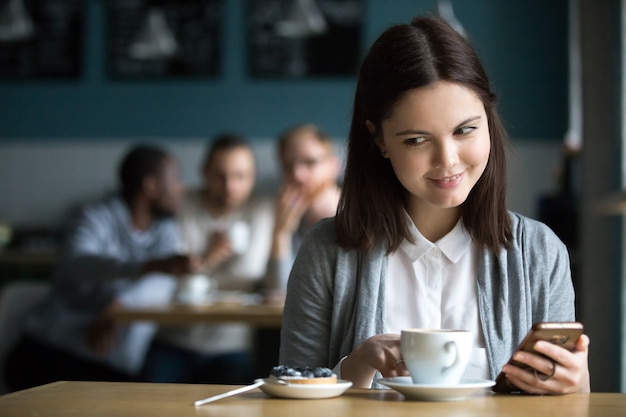 Menina, olhar sobremesa, pedido, por, sujeitos, flertar, em, café