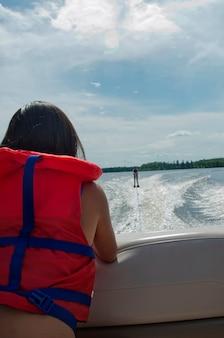 Menina, olhar, um, pessoa, waterskiing, em, um, lago, lago, de, a, madeiras, ontário, canadá