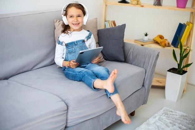 Menina ouvindo música com fones de ouvido