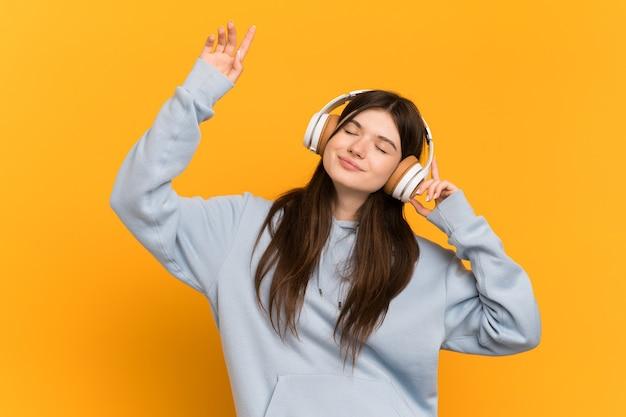 Menina ouvindo música e dançando