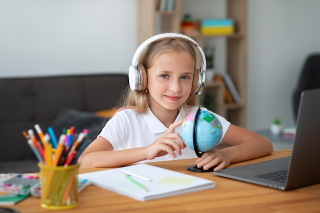 Menina participando de aulas online