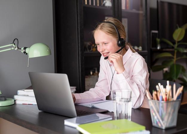Menina participando de uma aula on-line
