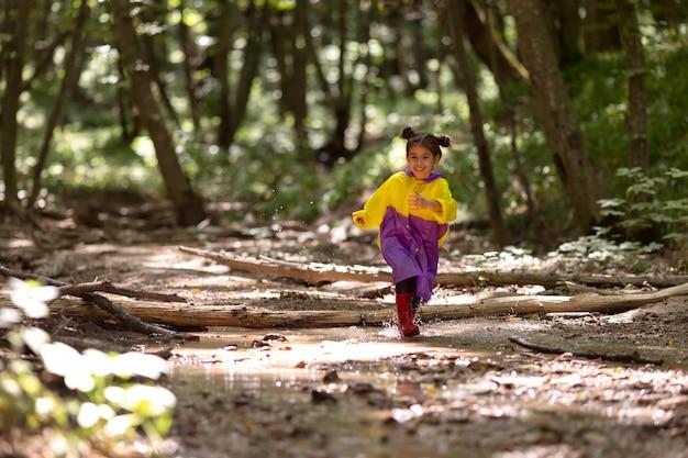 Menina participando de uma caça ao tesouro