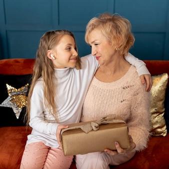 Menina passar um tempo com a avó