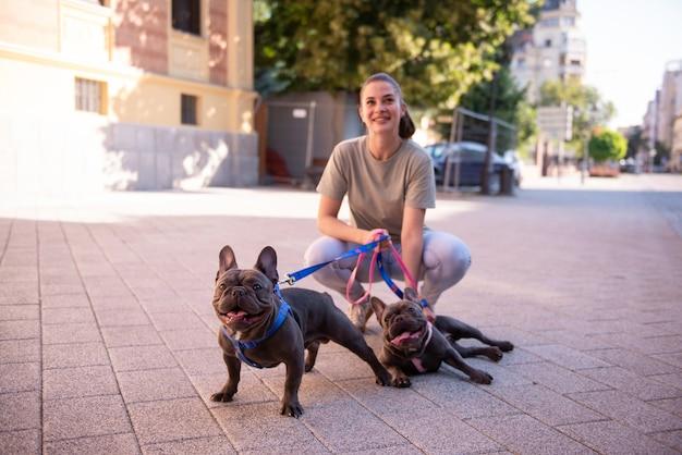 Menina passeando com os cachorros lá fora