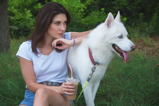 Menina passou um tempo com seu adorável animal de estimação ao ar livre
