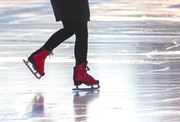 Menina patinando em uma pista de gelo. passatempos e lazer. esportes de inverno