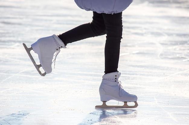 Menina patinando na pista de gelo.