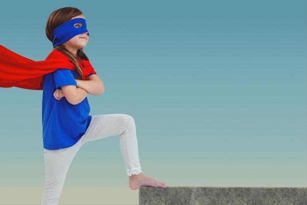 Menina pensativa com máscara e capa