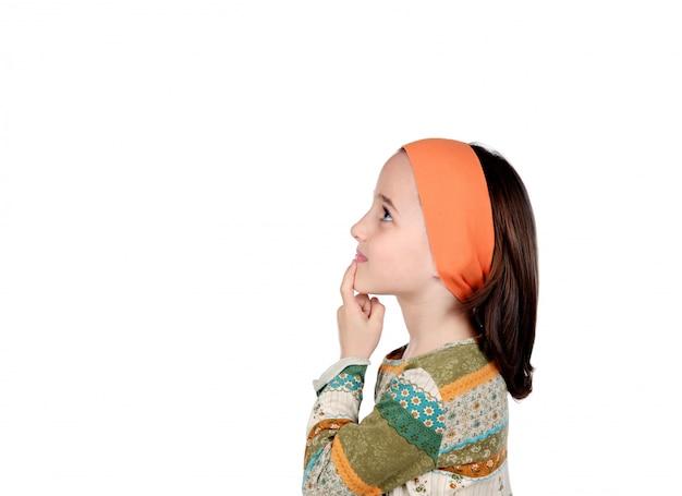 Menina pensativa pequena imaginando algo