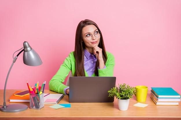 Menina pensativa, sentar-se à mesa, trabalhar laptop, tocar a mão, queixo, olhar, copyspace, pensar, isolado, pastel, fundo