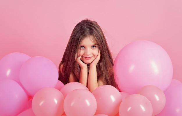 Menina pequena com balões de festa, celebração.
