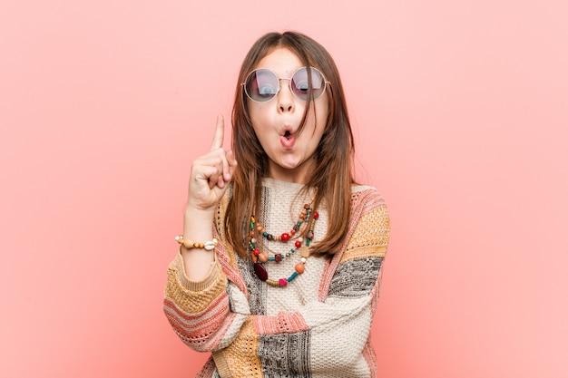 Menina pequena da hippie que tem alguma grande ideia, conceito da faculdade criadora.