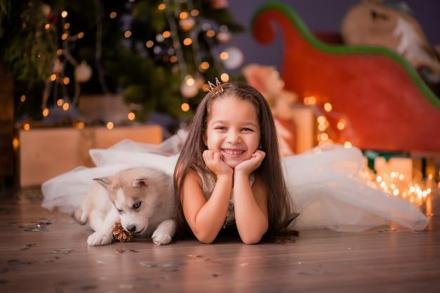 Menina perto da árvore de natal