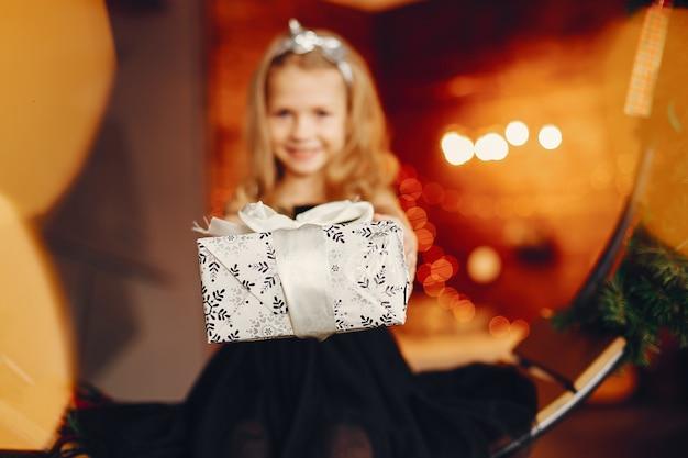 Menina perto de um vestido preto