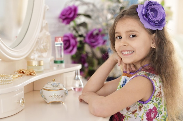 Menina perto do espelho. princesa fofa em lindo vestido