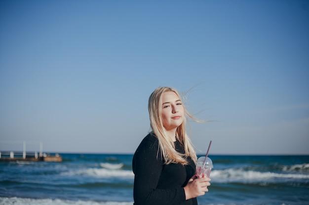 Menina perto do mar