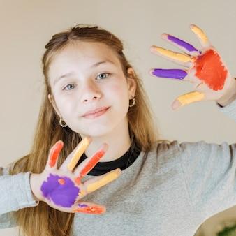 Menina, pintado, mãos