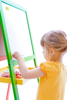 Menina pintando em um fundo branco