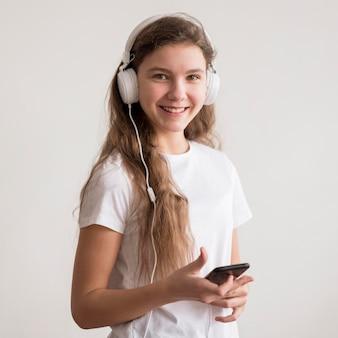 Menina portrai com fones de ouvido