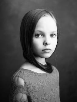 Menina posando foto em preto e branco de cabelo comprido com close up