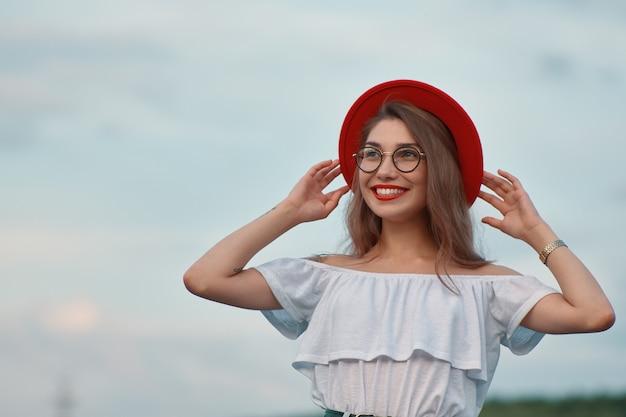 Menina positiva brilhante de retrato com sorriso irresistível