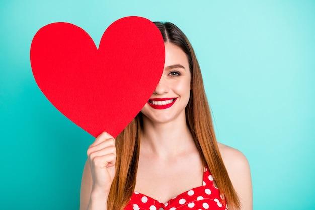 Menina positiva fechar capa rosto grande coração de papel coração presente de 14 de fevereiro