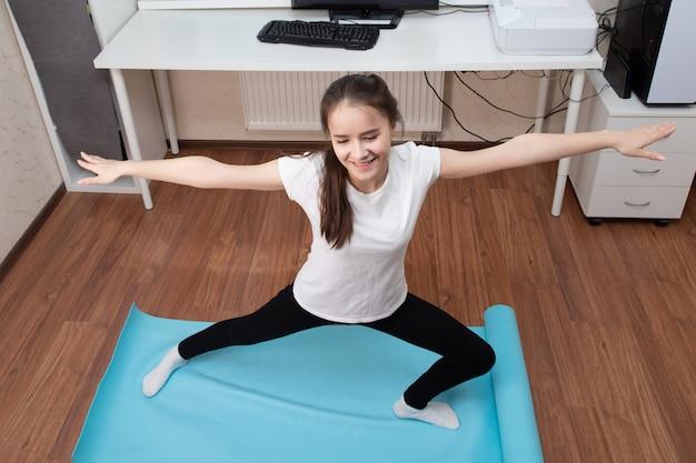 Menina pratica esportes online na internet