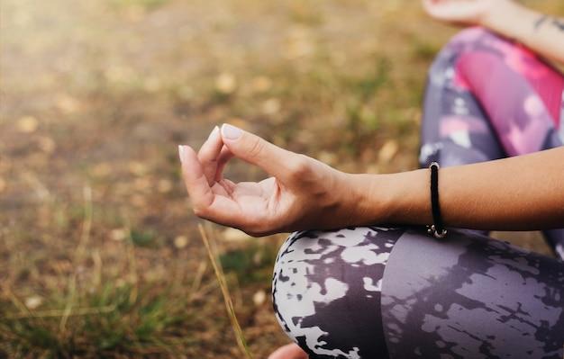 Menina praticando ioga na natureza
