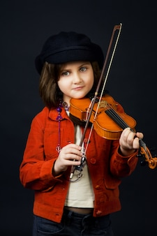 Menina praticando violino