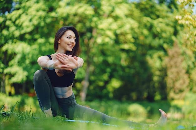 Menina praticando yoga