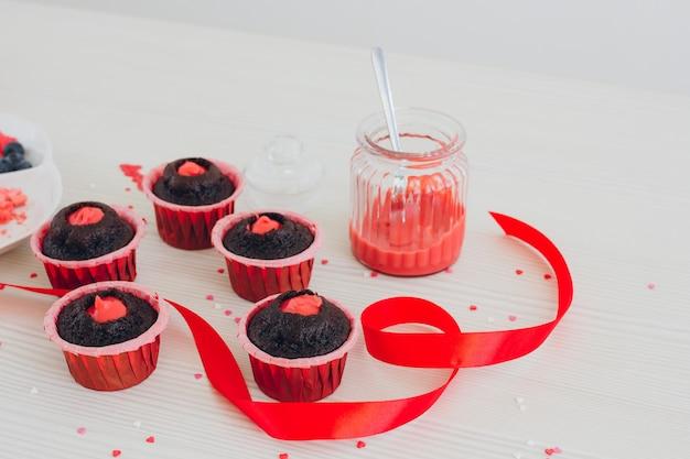 Menina prepara cupcakes