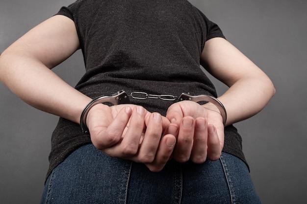 Menina presa algemada foi pressionada contra a parede pela polícia