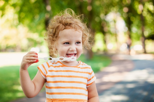 Menina princesa, soprando, bolhas sabão, com, coração amoldou, feliz, infancia, conceito
