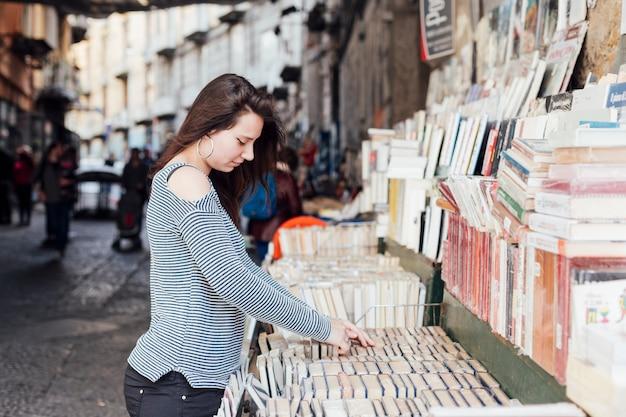 Menina procura livros na livraria