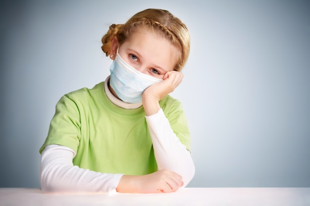 Menina protegida para impedir que o vírus