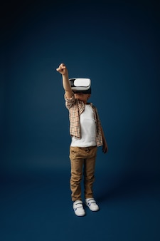 Menina pulando com óculos de realidade virtual isolados