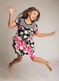 Menina pulando de alegria