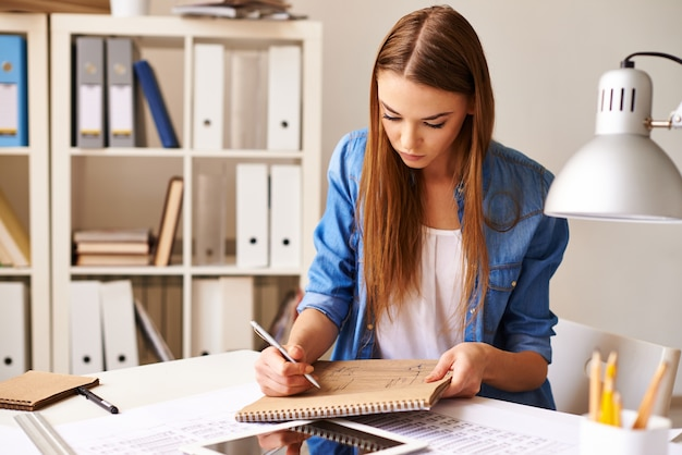 Menina que desenha seu projeto