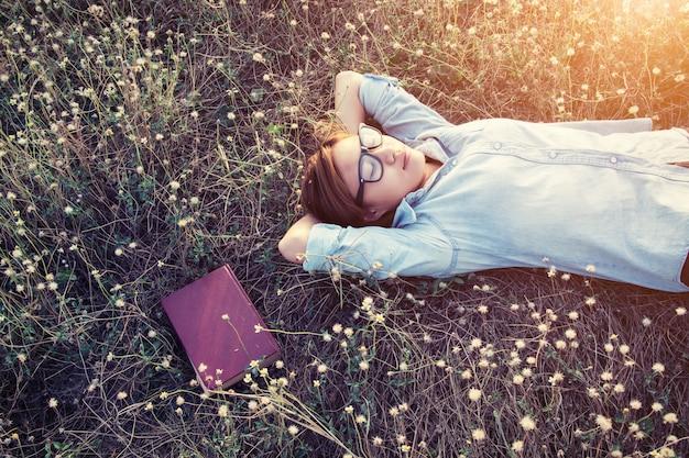 Menina que dorme com um caderno