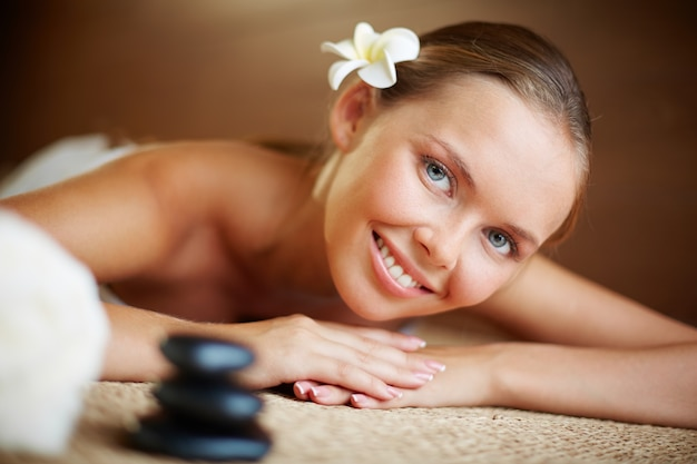 Menina que espera seu massagem