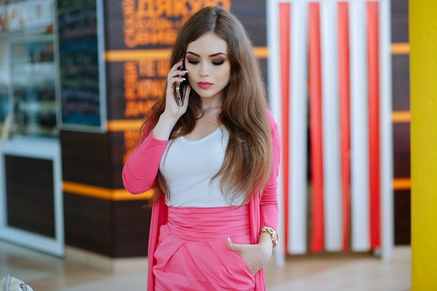 Menina que está a falar ao telefone