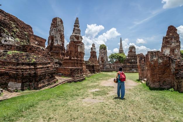 Menina que explora o parque histórico de ayutthaya na tailândia