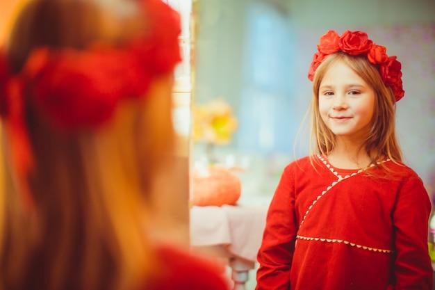 Menina que olha no espelho