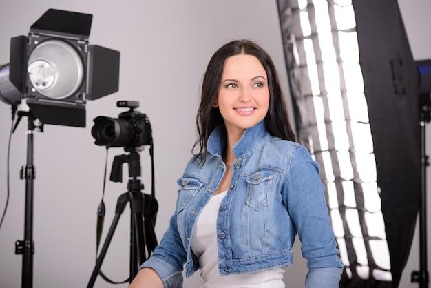 Menina que sorri no estúdio para a sessão fotográfica.