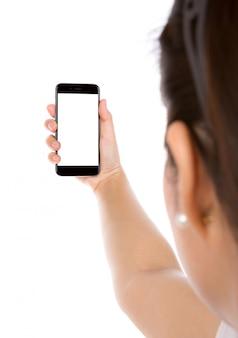 Menina que usa o seu telefone móvel