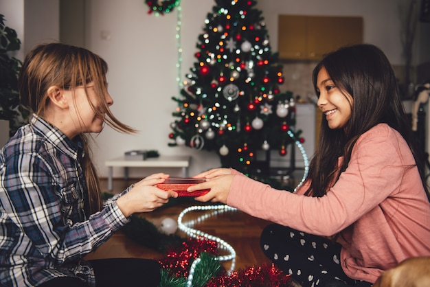 Menina, recebendo, presente natal