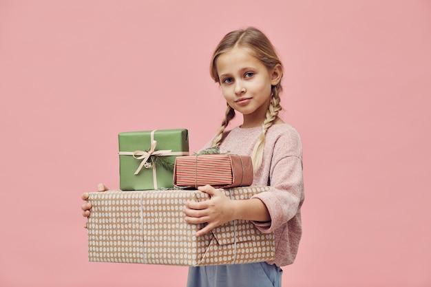 Menina recebendo presentes