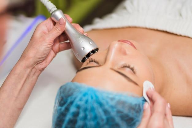 Menina recebendo tratamento facial em um salão de beleza