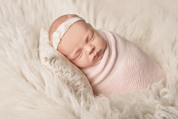 Menina recém-nascida em um branco